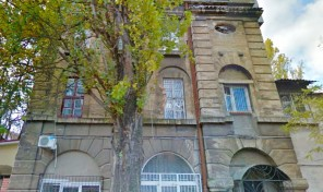 1-комнатная на улице 10 апреля, крепкий дом, правильная планировка!